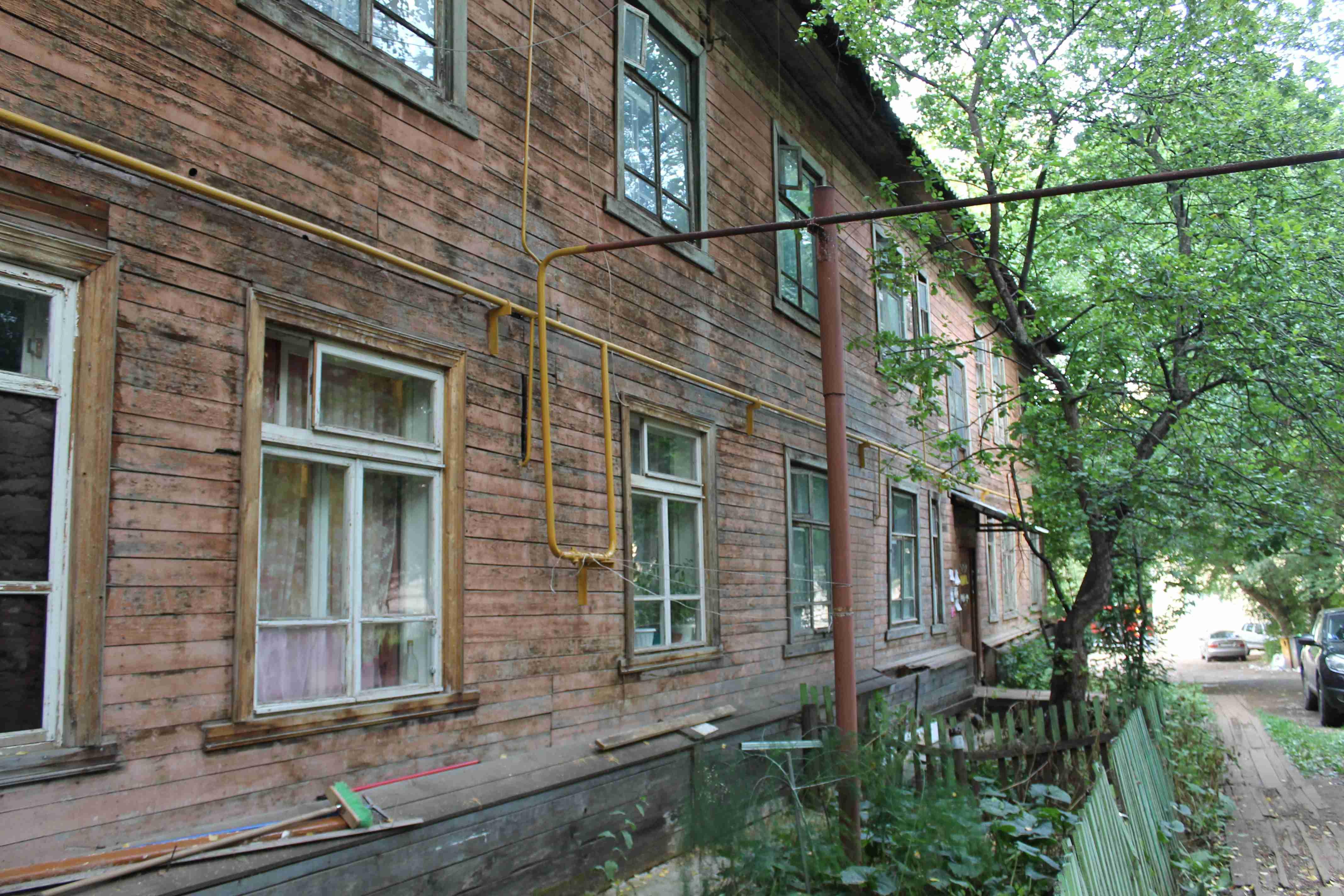 Половина жильцов аварийных домов Кирова не платит по счетам