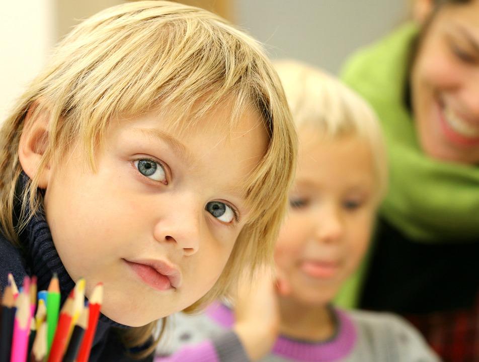 «Не хочу названивать сыну каждые пять минут». Кому доверить ребенка в дни школьных каникул?