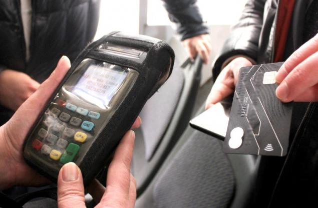 Жители Кирова могут оплачивать проезд бесконтактной банковской картой