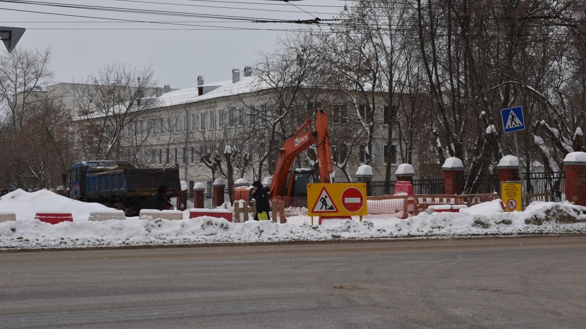 На улице Попова начали установку шумозащитного экрана