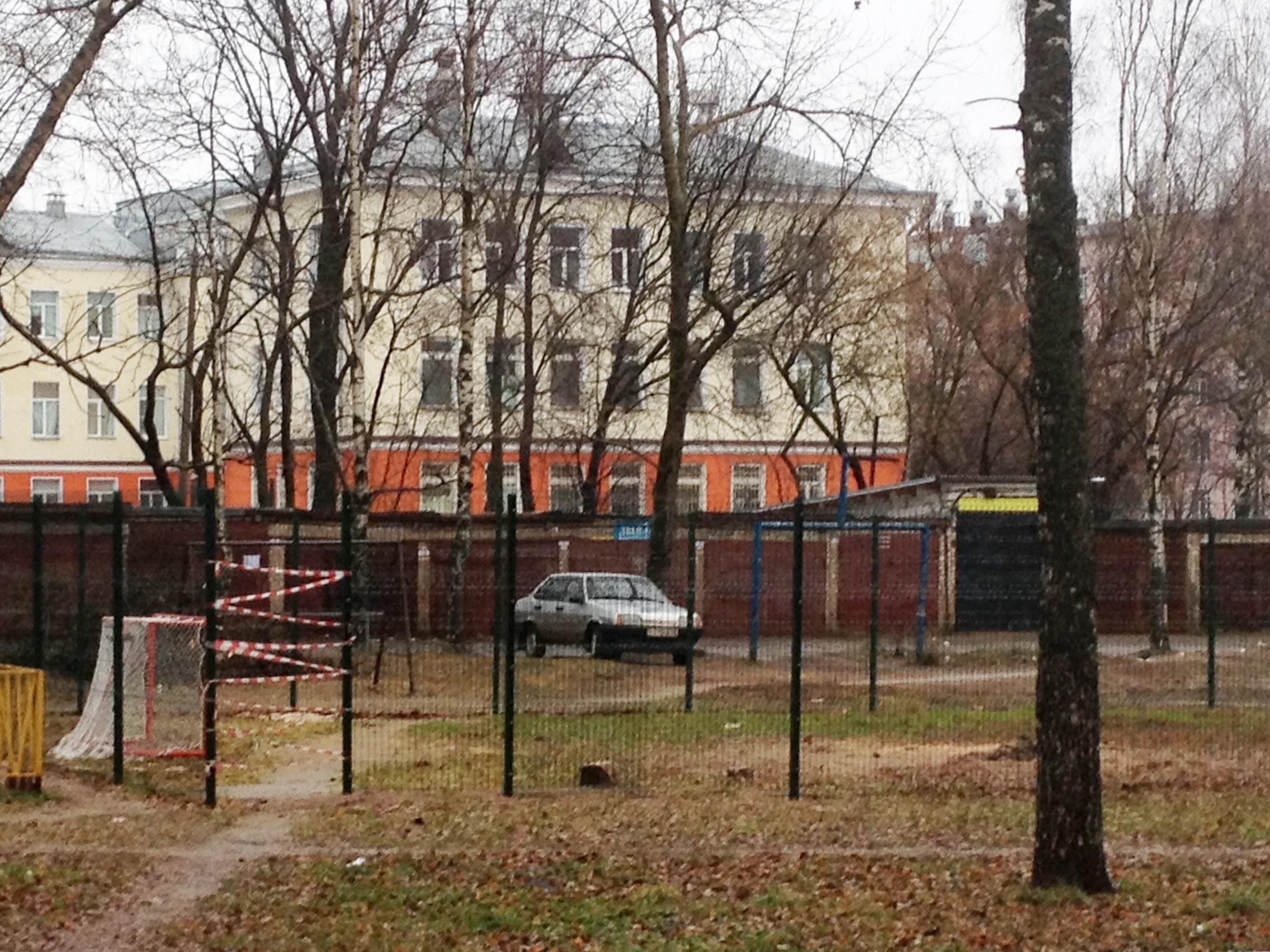 Забор на новой площадке в Кирове представлял еще большую опасность