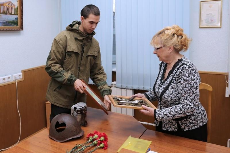 Личные вещи вятского солдата вручили сестре героя