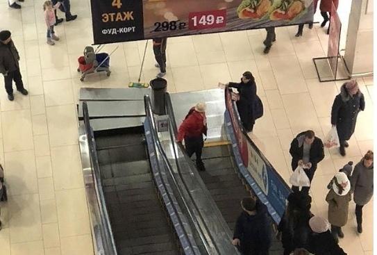 Эскалатор в «Джем Молле» зажал ногу ребенку