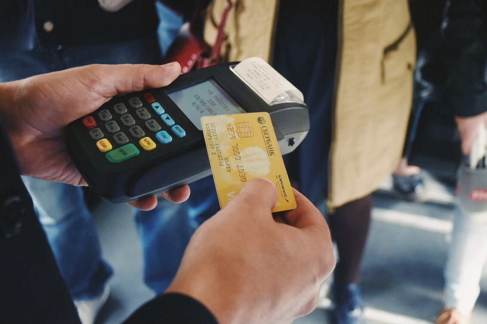 Каждая 10 поездка в транспорте Кирова оплачивается банковской картой или смартфоном