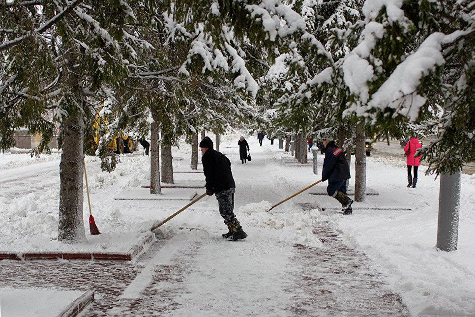 Снежную «кашу» с кировских тротуаров будут убирать вручную