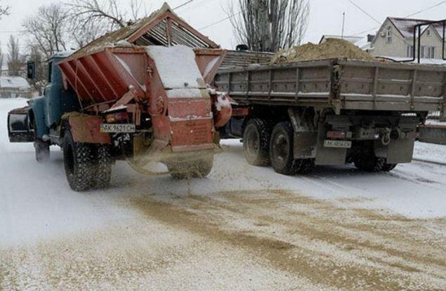 Песку и соли на дорогах подбирают замену