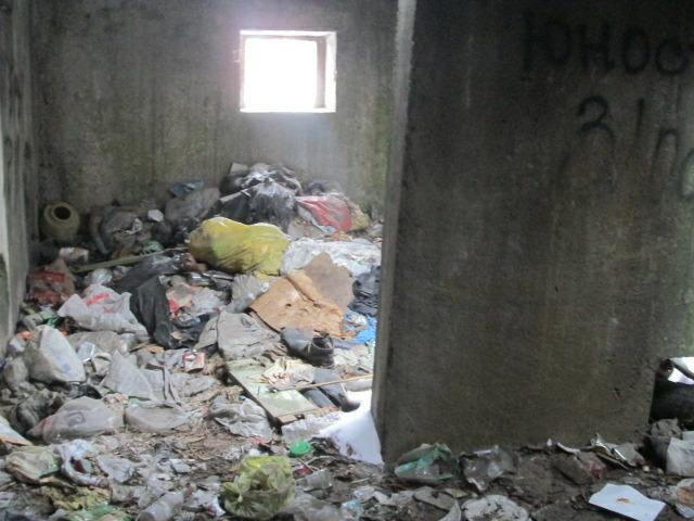 Недостроенный дом в Кировской области превратился в свалку