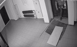Житель Кирова разнес входную дверь в чужом подъезде (видео)