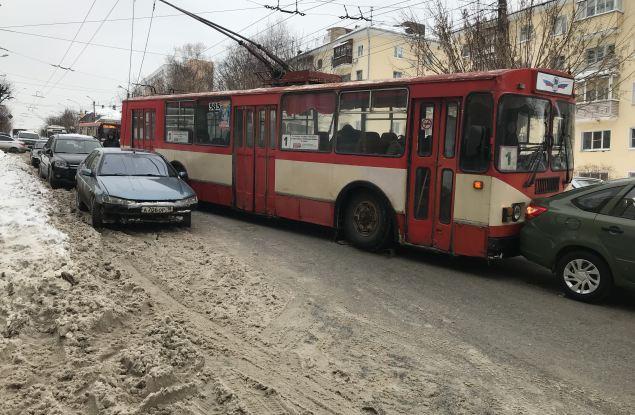 На Карла Маркса троллейбус въехал в три автомобиля