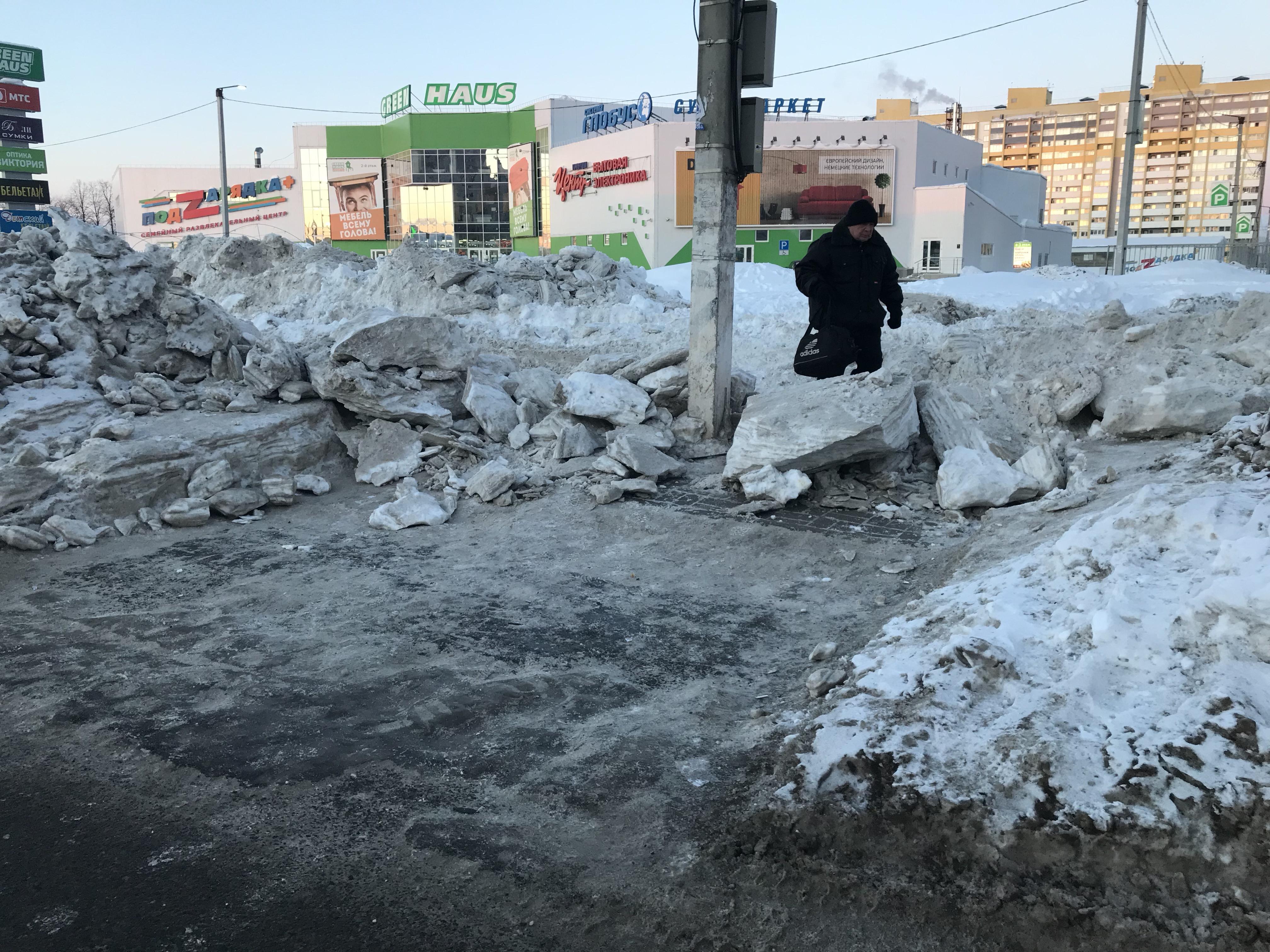 В Кирове «вскрывают» заросшие снегом тротуары