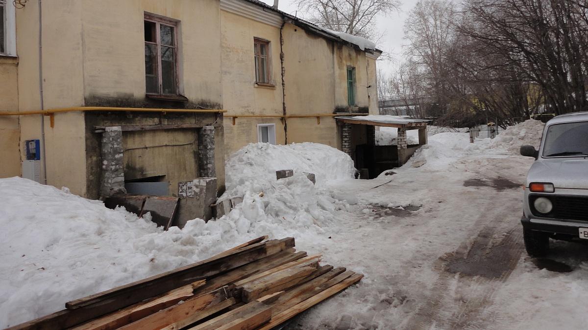 Двойной удар. Снег с крыш заблокировал доступ в квартиры