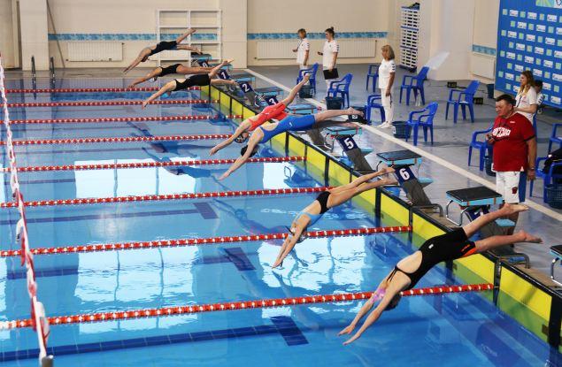 Студенты провели 12 часов в бассейне
