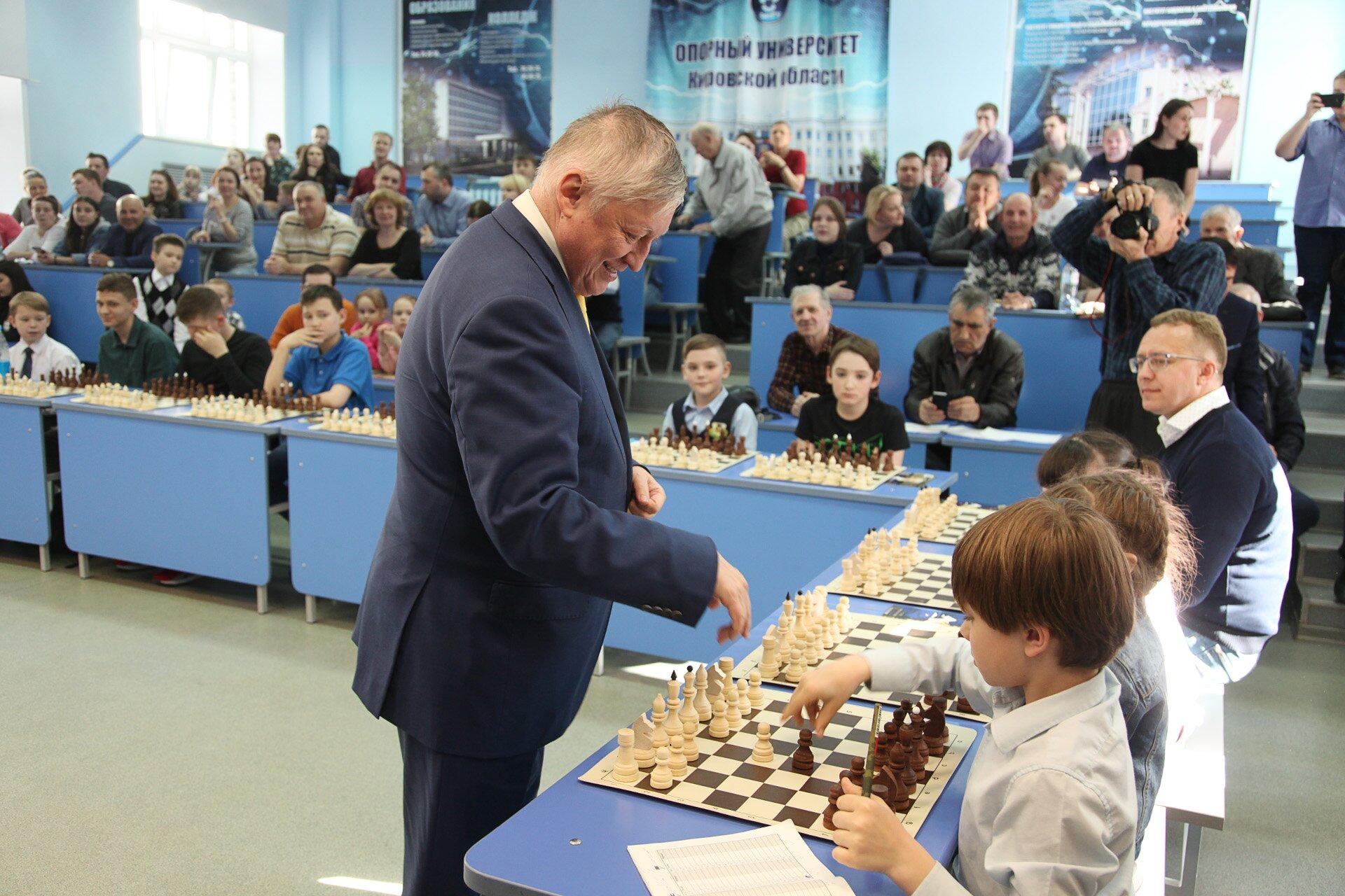 Игра с чемпионом, или как в ВятГУ приобщаются к шахматам