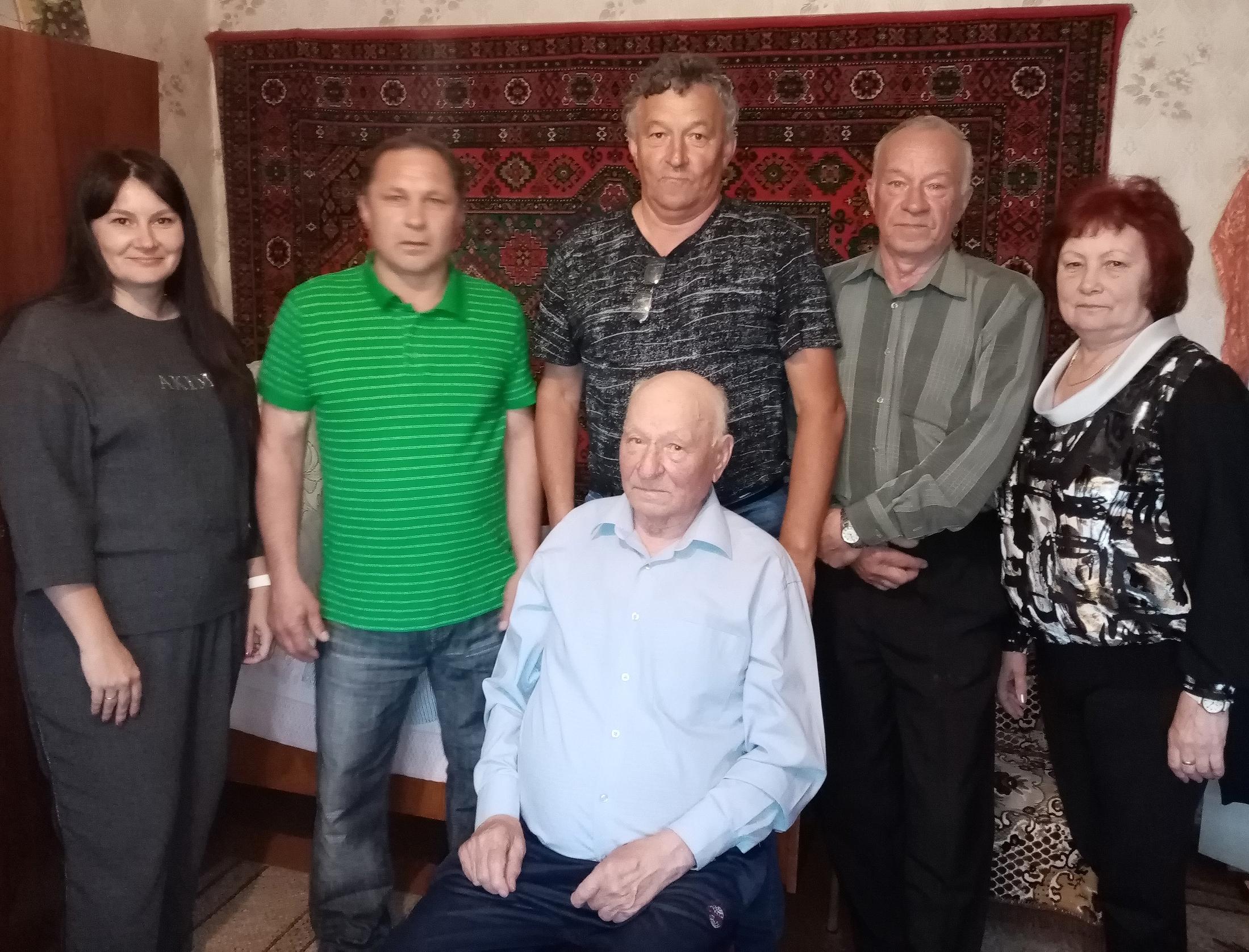Яранские родинцы поздравили главу трудовой династии Халтуриных