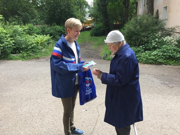 Кировские единороссы поздравили жителей с Днем семьи, любви и верности