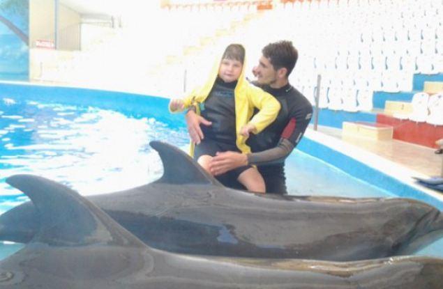 «Благодаря дельфинам 7-летняя дочка начала садиться»: история мамы особенного ребенка