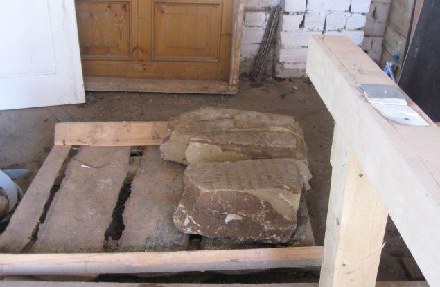 Старинные надгробия выброшены на свалку?