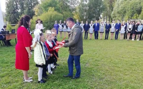 Уржумские единороссы вручили подарки первоклассникам
