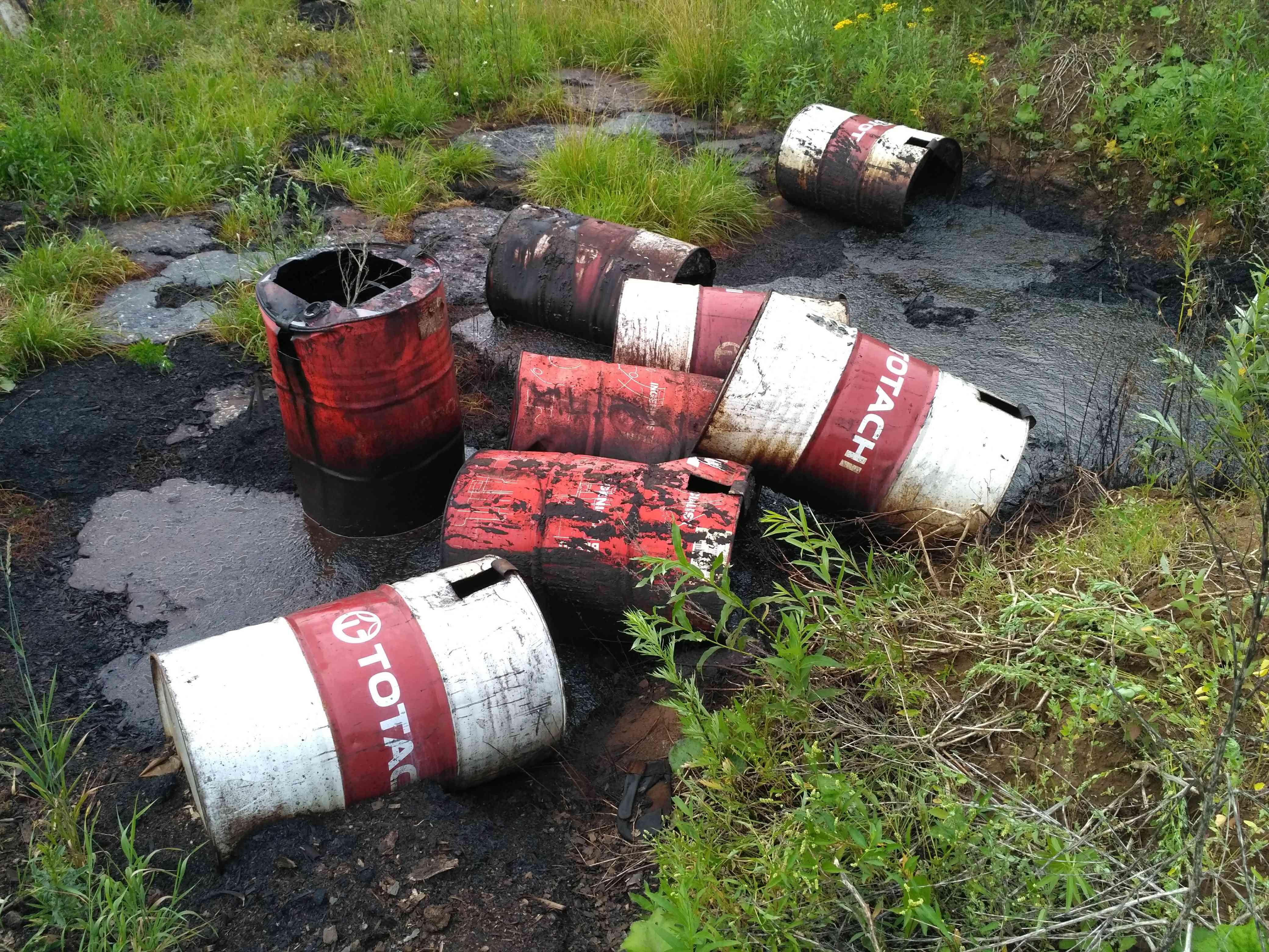 Свалку нефтепродуктов пытались зарыть в других отходах