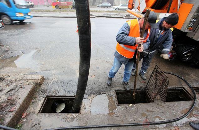 Проверяют работу ливнёвки на улице Комсомольской