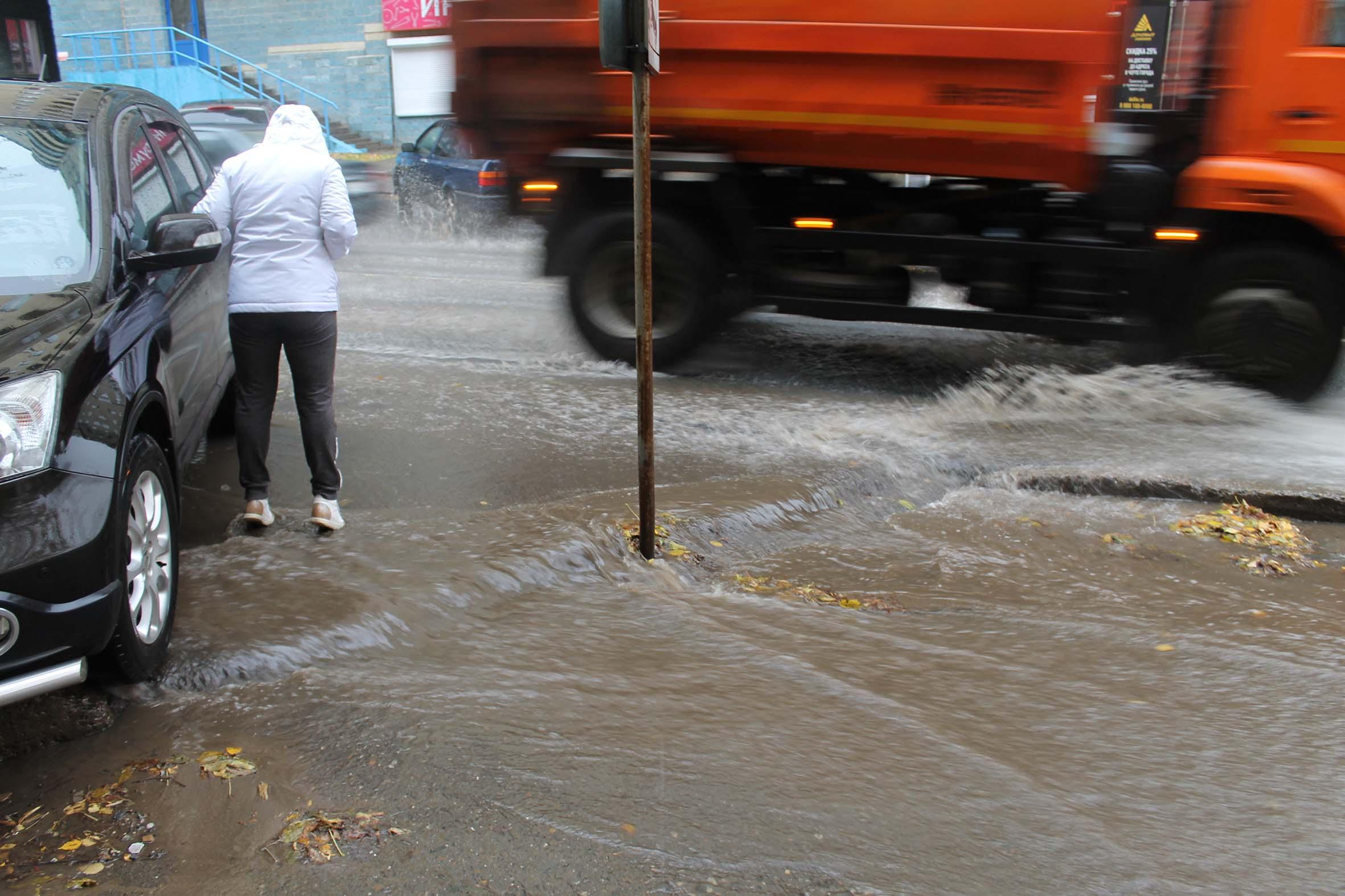 Из-за некачественного ремонта дорог вода подбирается к жилым домам