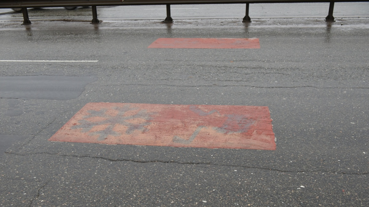На новом мосту появились красные прямоугольники с сюрпризом