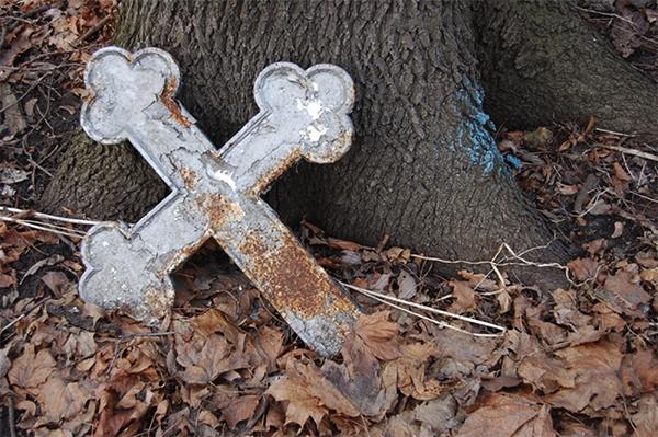 На кладбище в Кировской области срезали кресты с могил